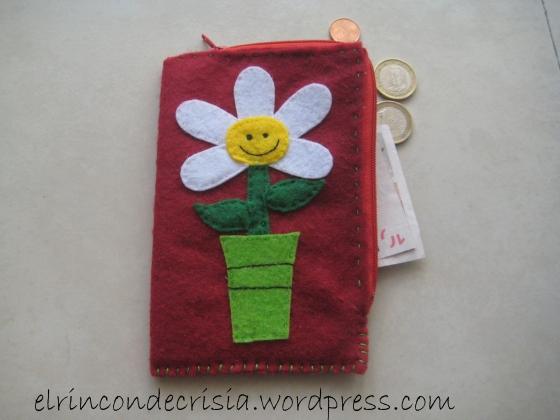Monedero/Cartera Margarita Rojo intenso donde además de tus monedas, podrás llevar tus billetes e incluso tus tarjetas! 7€